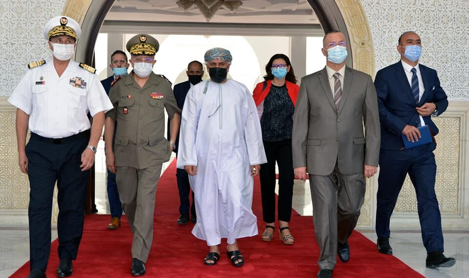 تونس تتسلم أدوية وتجهيزات ومستلزمات طبية من سلطنة عمان