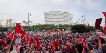 حواجز امنية تفصل بين المحتجين: انصار سعيد يتجمهرون قبالة الرافضين لقرارات الرئيس