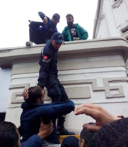 """التلفزة التونسية تدين الإعتداء """"السافر"""" الذي استهدف فريقها"""